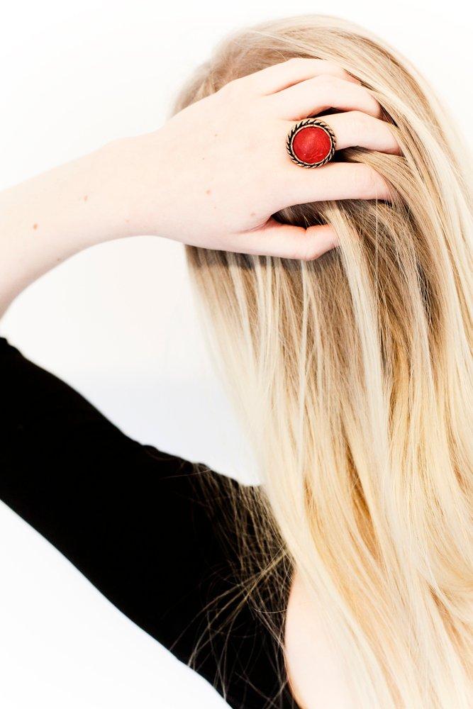 Röd och guldig knapp, ring