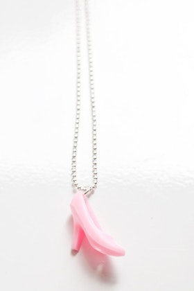 Högklackat i rosa, halsband