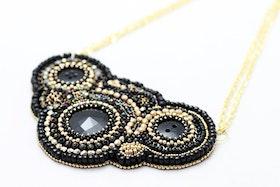 Pärlbroderat halsband i svart och guld