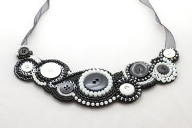 Pärlbroderat halsband i svart och vitt