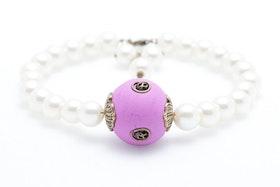 Handgjord pärla i lila och brons på vitt pärlarmband