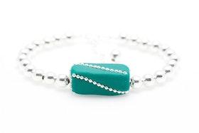 Handgjord pärla i grönt och silver på silvrigt pärlarmband