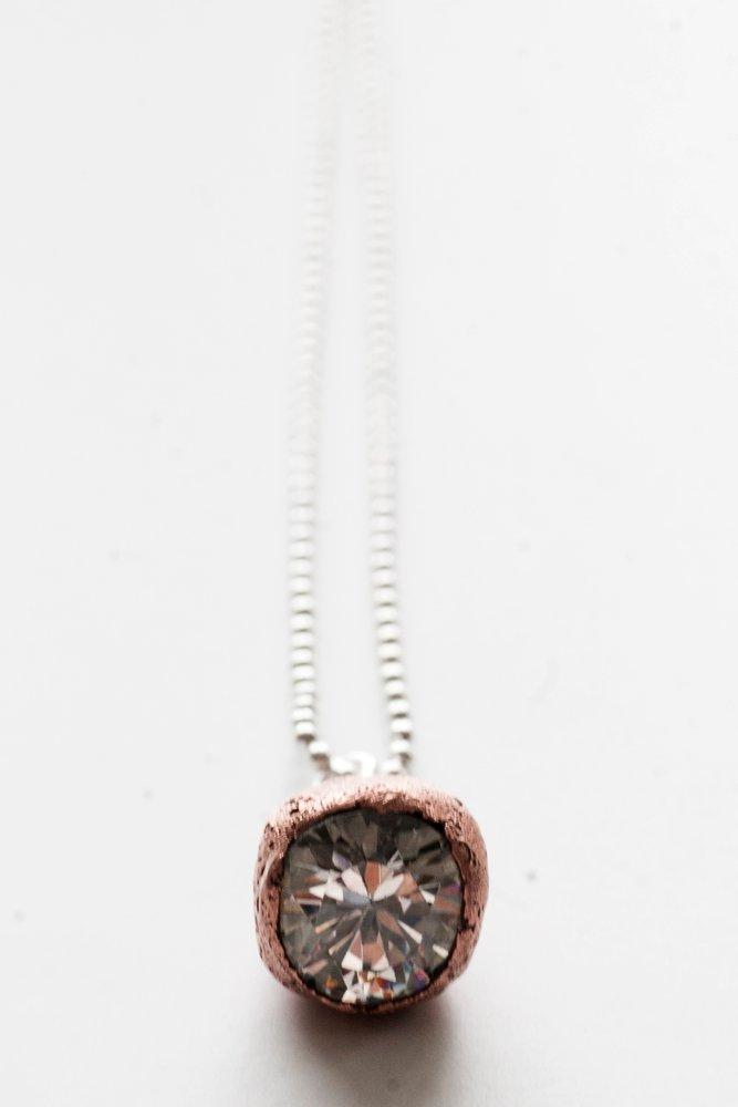 Kopparhänge med en stor kristall, på kedja