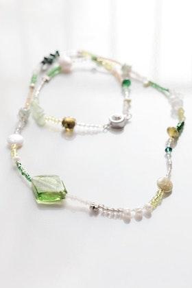 Grönt pärlhalsband