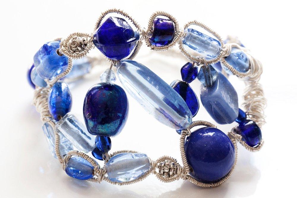 Armband av glas och metalltråd
