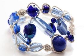 Handgjort armband av glas och metalltråd
