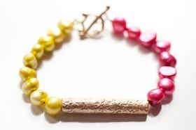 Bronspärla på rosa och grönt pärlarmband