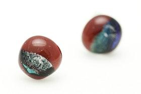 Örstickare av handgjort glas i rött och blått