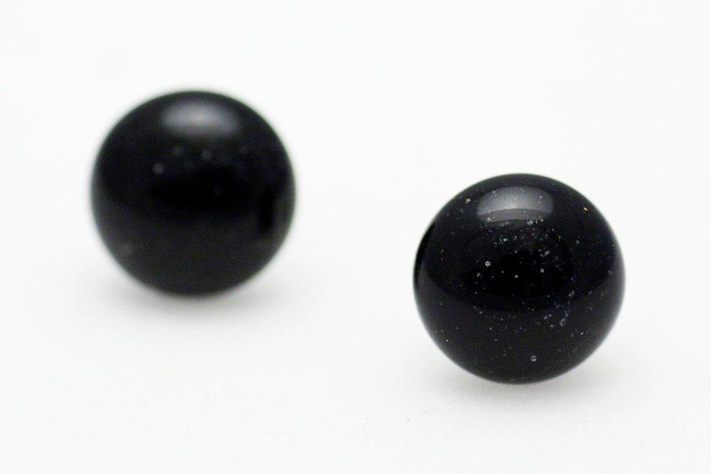 Örstickare av handgjort glas i svart