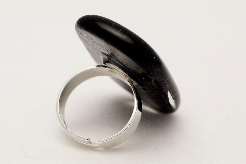 Ring av handgjort glas i svart