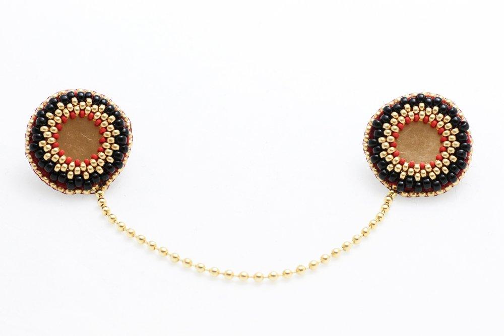Pärlbroderade kragbroscher i svart, rött och guld
