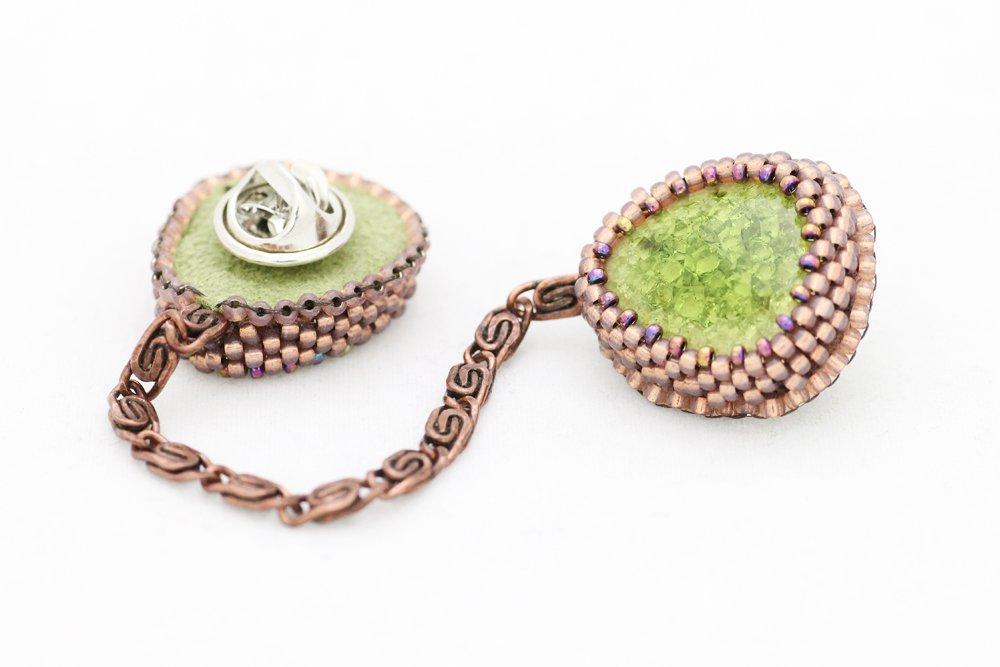 Pärlbroderade kragbroscher i grönt och brons