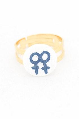 Blå och vit ring, lesbisk