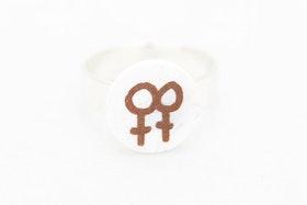 Bronsfärgad och vit ring, lesbisk