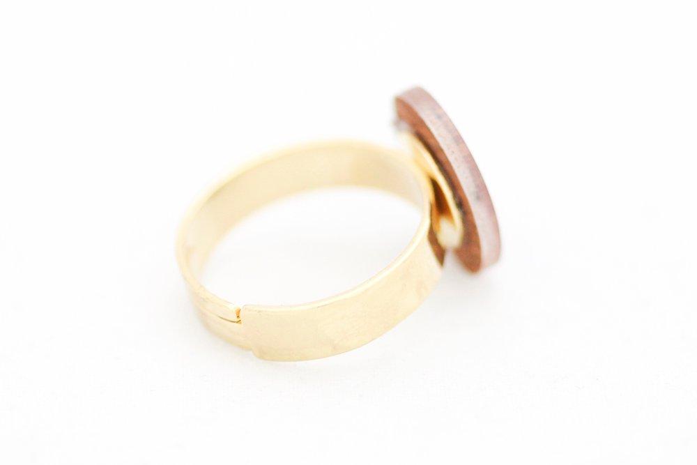 Bronsfärgad ring, feminist