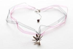 Oxiderad silverkvist med blomma på organzahalsband