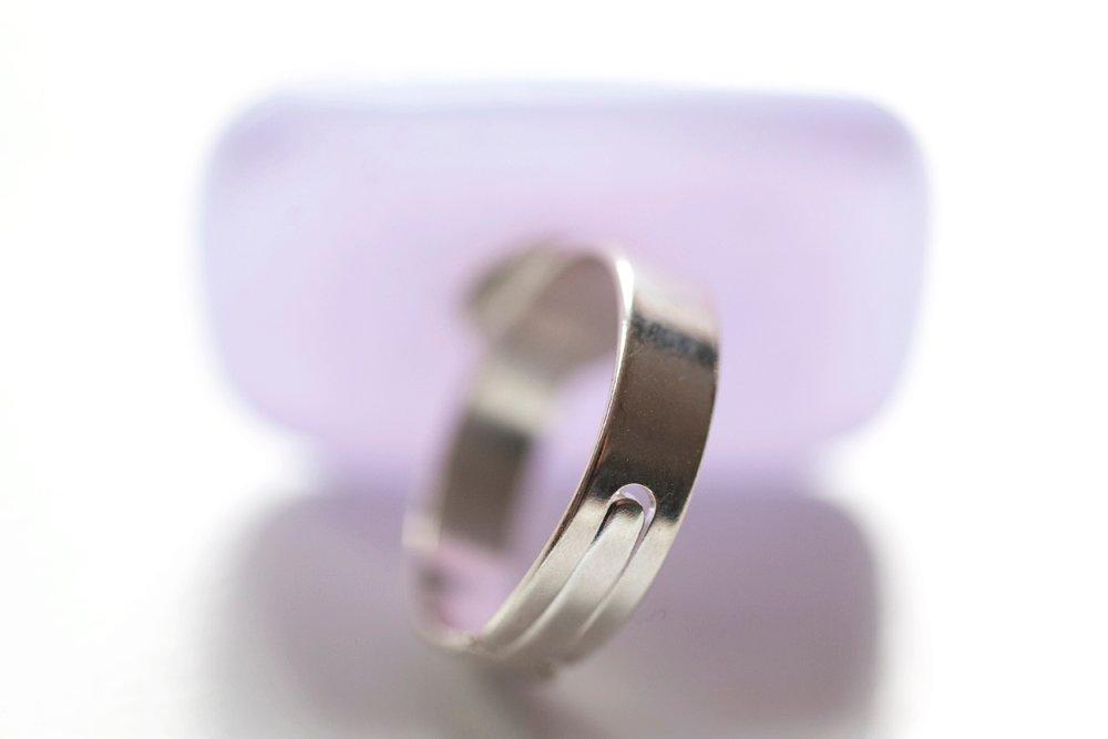 Ring av handgjort glas i lila