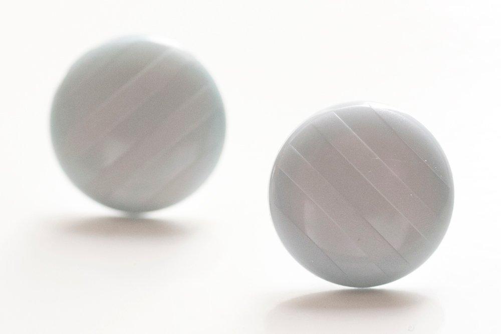 Ljusblå knappar, örstickare