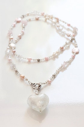 Rosa och vitt, långt pärlhalsband