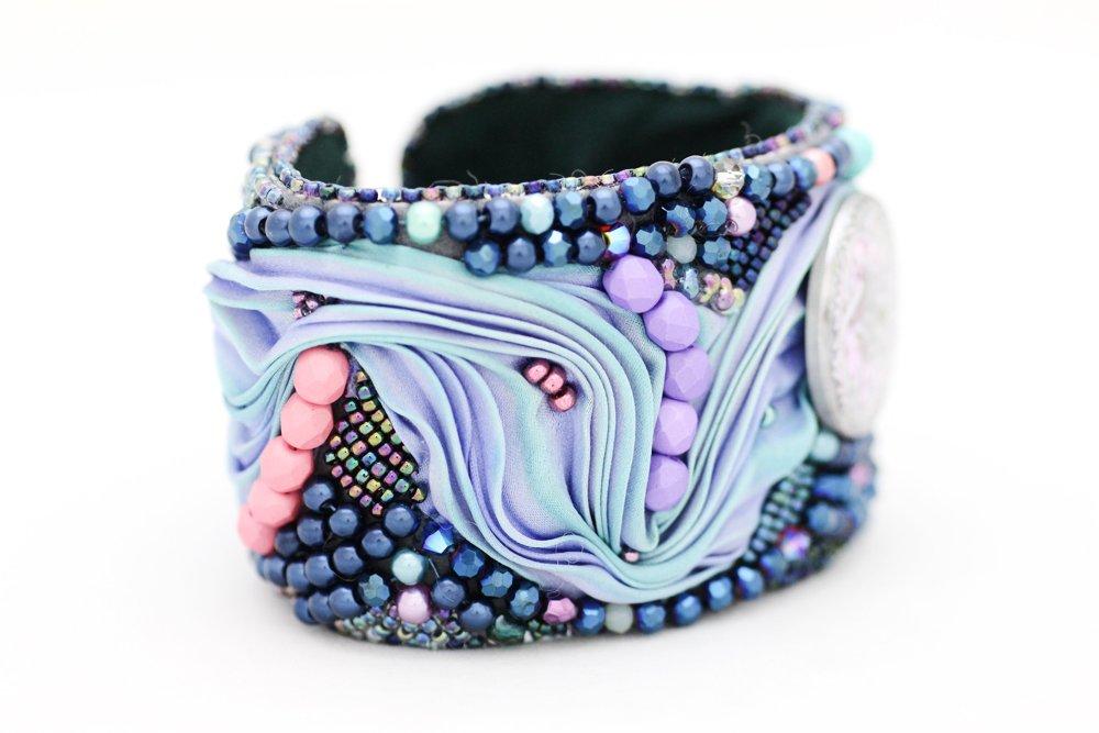 Pärlbroderat armband med shibori och glasknapp