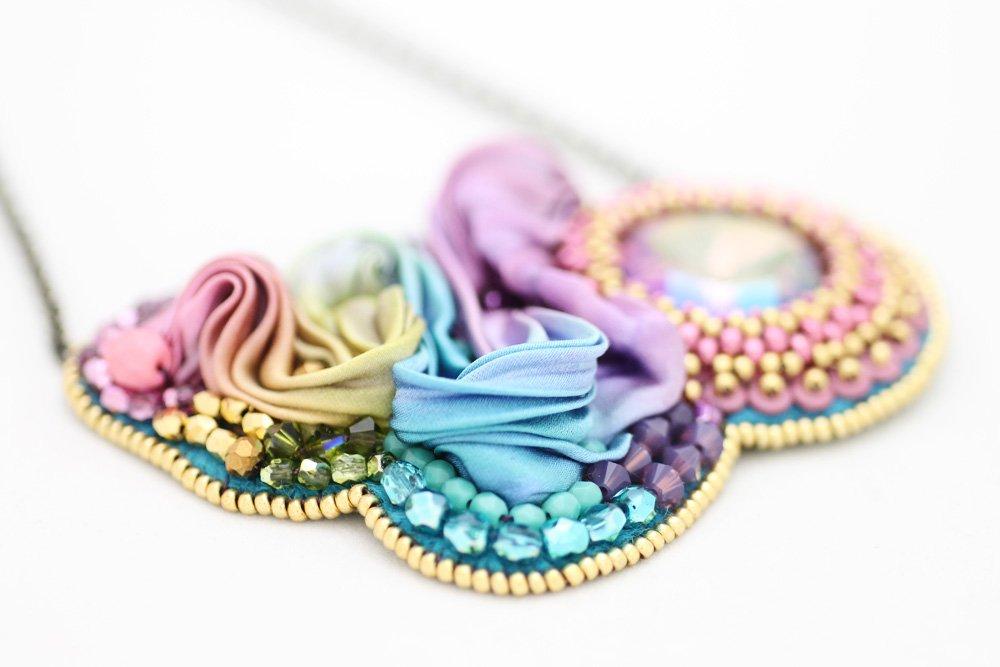 Pärlbroderat halsband med swarovski-kristall och shibori