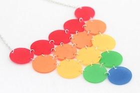 Regnbågsfärgad triangel, halsband