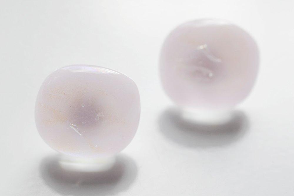 Örstickare av handgjort glas i rosa