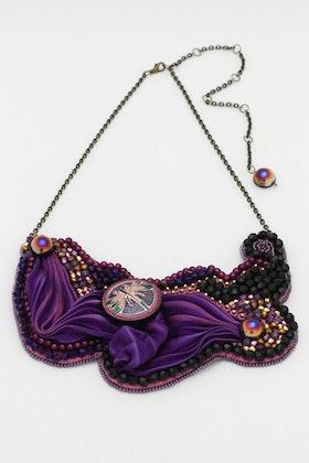 Pärlbroderat halsband med trollslända och shibori
