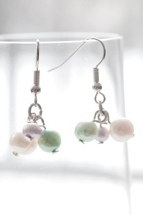 Lila, vita och gröna örhängen