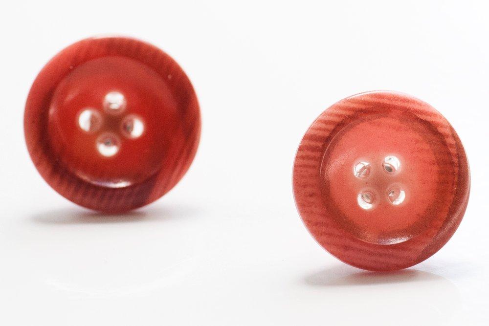 Rödbruna knappar, örstickare