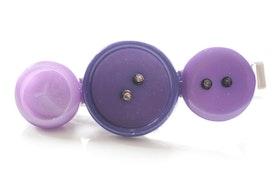 Lila knappar, slipsnål