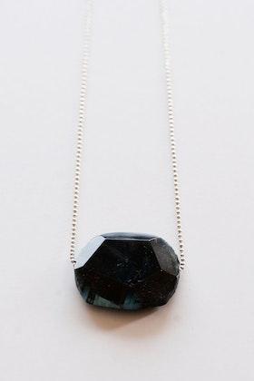 Blå sten på kedja
