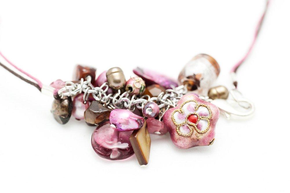 Rosa och brunt halsband