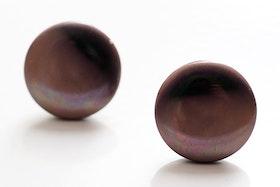 Beige och svarta knappar, örstickare