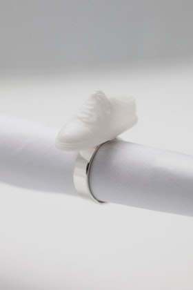 Sneakers i vitt, ring