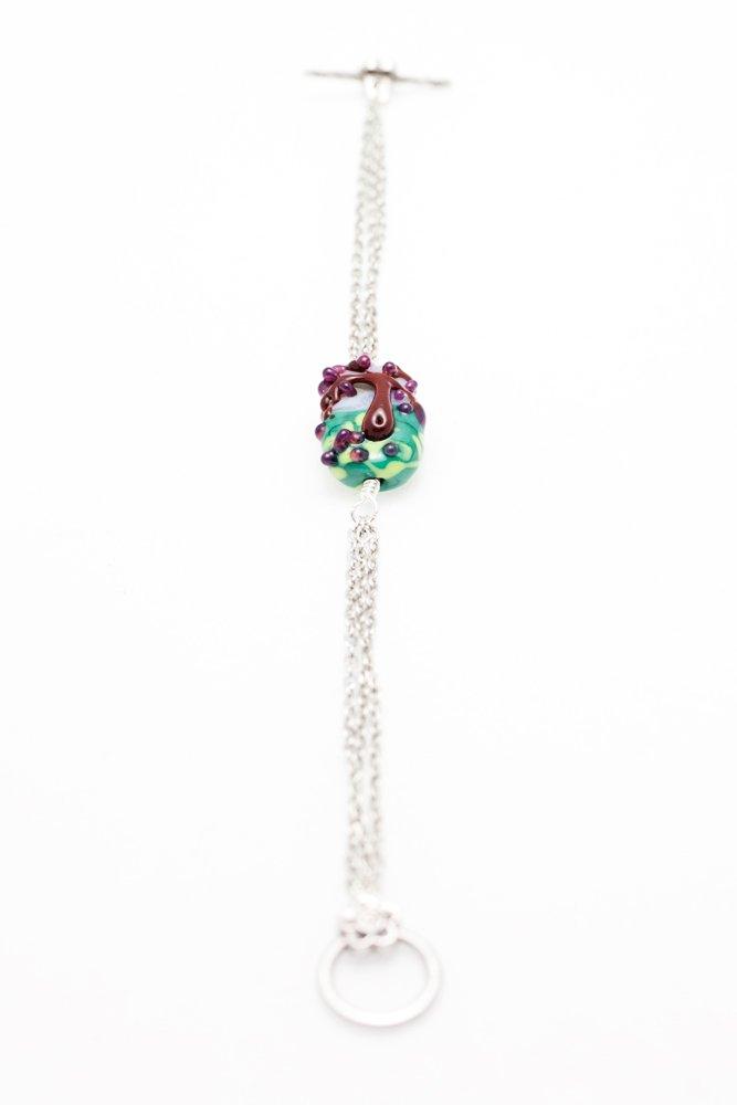Armband av handgjord glaspärla och kedjor
