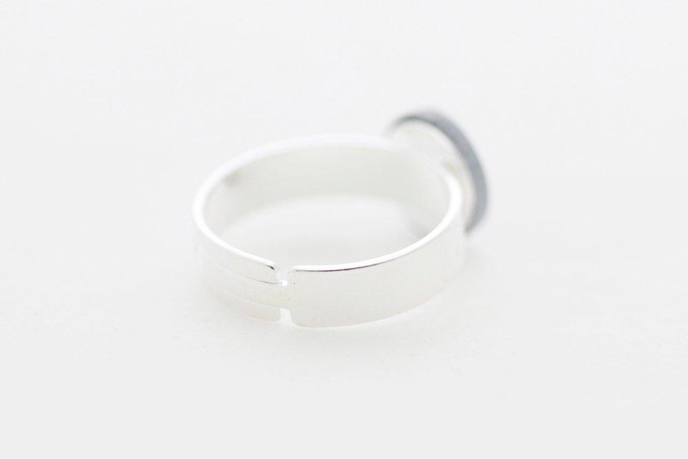 Silvrig ring, feminist