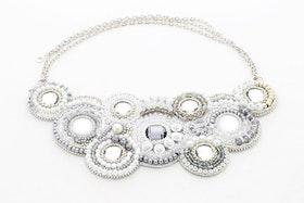 Pärlbroderat halsband i vitt och silver