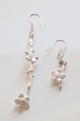 Silverkvistar med blommor, örhängen