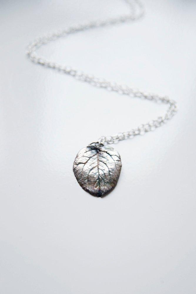 Oxiderat silverlöv på kedja