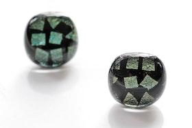 Örstickare av handgjort glas i grönt och svart