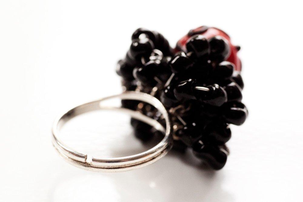 Ring i svart och rött