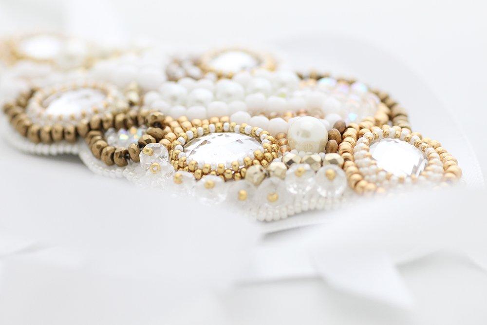 Pärlbroderad hårdekor i vitt och guld