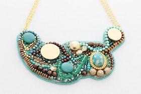 Pärlbroderat halsband i grönt, brunt och guld