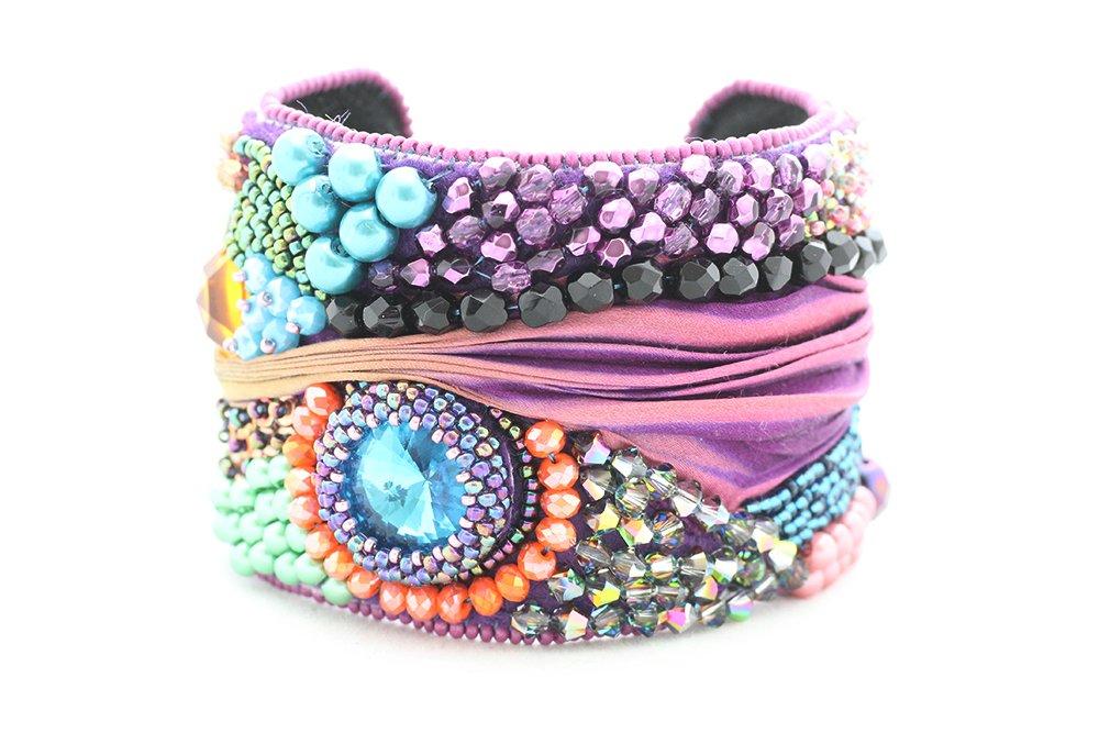 Pärlbroderat armband med kristall och shibori
