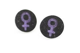 Lila och svarta örstickare, feminist