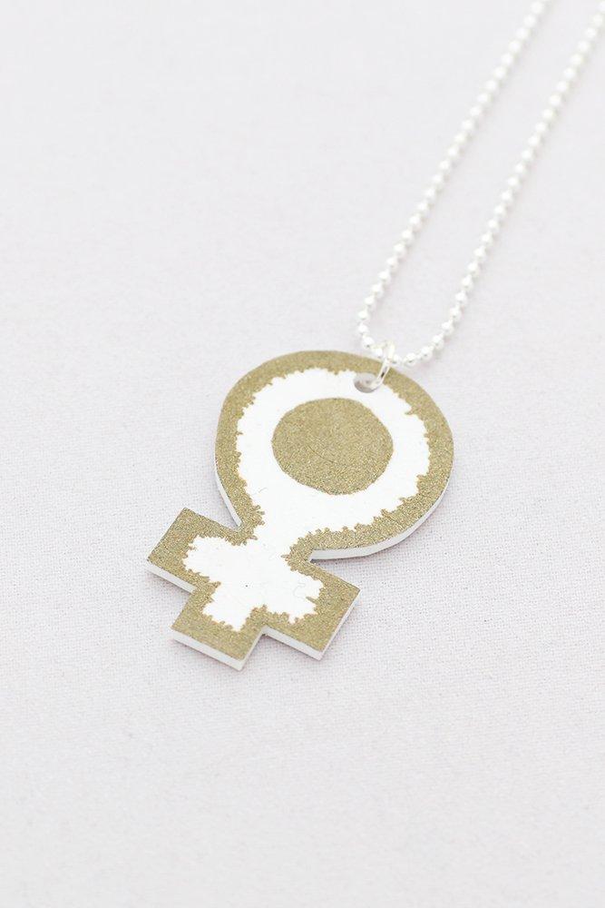 Feminist, hänge på kedja