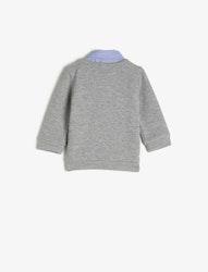 Finstickad tröja och skjortkrage