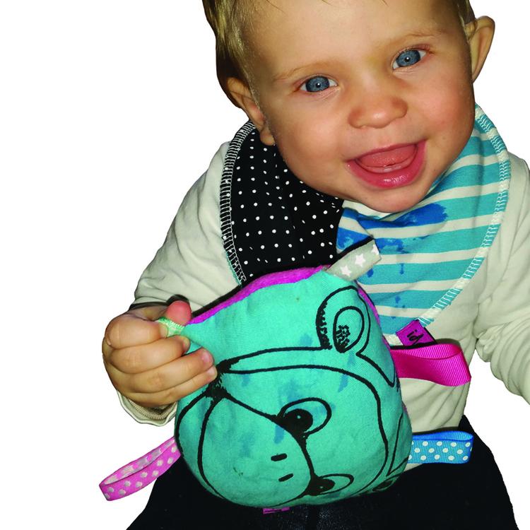 Bebis leker med en babyskallra med en apa på