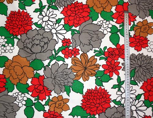 Tyg Vitt med röda, grå och bruna blommor